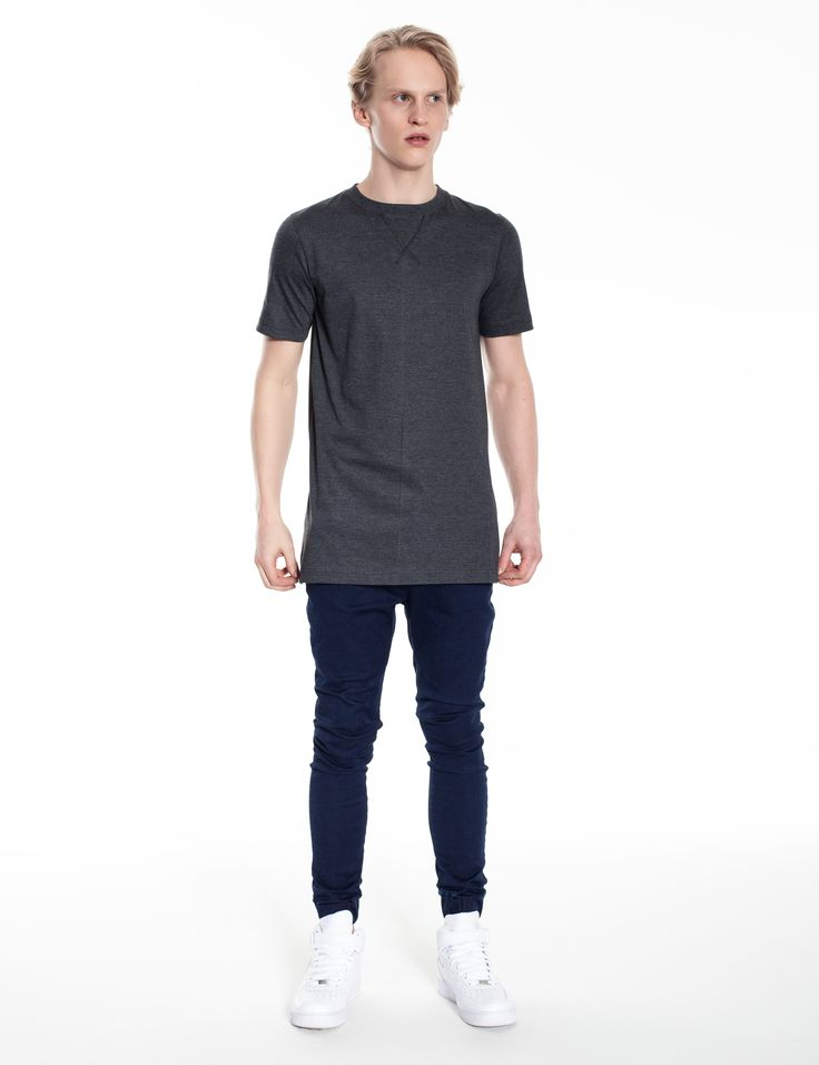 Model is wearing: extended grey t-shirts with zippers & Universum jeans in blue denim