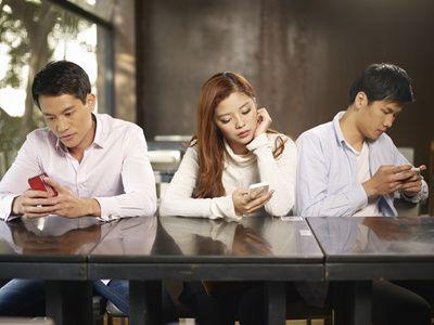 #Telephone #portable #Smartphone  Comment gérer sa #dependance  au #smartphone ? Vous sentez vous concerné par ce nouveau phénomène autrement appelé #nomophobie  ? http://www.comparedabord.com/blog/telephonie-et-internet/dependance-au-telephone-portable-comment-gerer