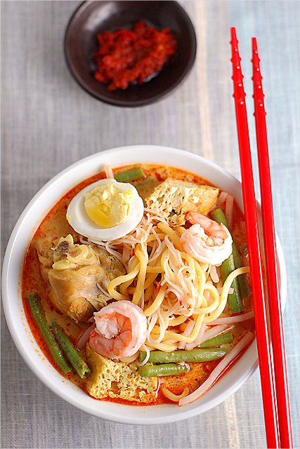 Curry Laksa (Curry Mee) recipe - This is a dish that's full of flavours–slightly creamy soup infused with coconut milk, the spiciness of the chilli and fragrance of spices; never fails to satisfy my appetite to have it for breakfast or lunch! #malaysian #noodles