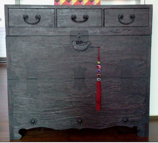 hanji, 반닫이, 한지공예  a cedar chest (for storing clothes) which has half of one side hinged
