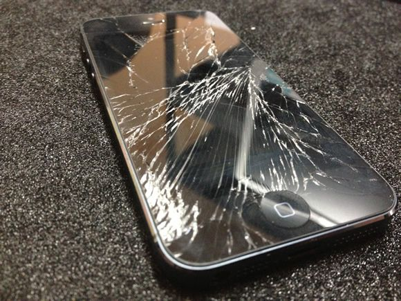 Apple begin to fix iPhone 5C cracked screen at its stores