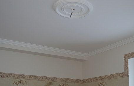 Покраска потолка. Монтаж потолочного плинтуса и розетки.