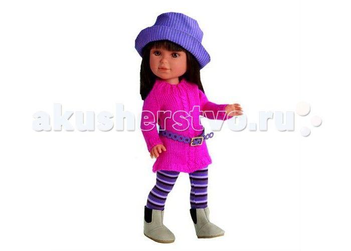 Vestida de Azul Паулина брюнетка с челкой Весна Токио  Vestida de Azul Паулина брюнетка с челкой Весна Токио добрая, приветливая и очаровательная кукла, которая поразит своим гламурным образом и невероятно реалистичной внешностью и непременно понравится вашей маленькой принцессе.  Особенности: Симпатичная брюнетка Паулина в стильном наряде: розовый свитер с плетением косичка, гетры в полоску, оригинальная шляпка и светлые полусапожки. Яркий весенний образ куклы поможет сформировать вкус…