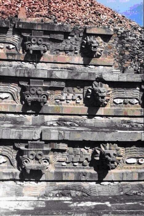 Fachada de la Pirámide de la Serpiente Emplumada - Teotihuacan.