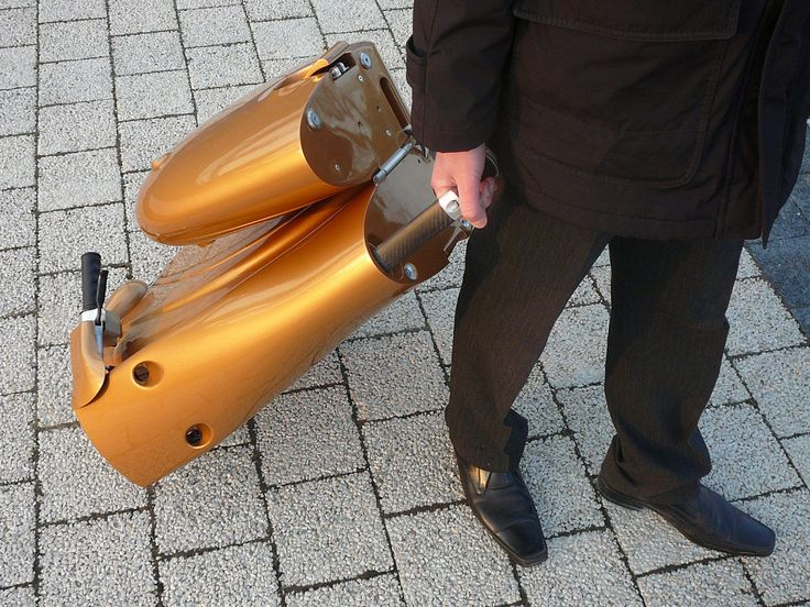 It's tough to find parking in the city. The Moveo electric scooter solves that problem -- it can be conveniently folded up into a rolling suitcase.
