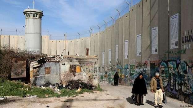 Desde el año 2000, Israel construye un muro en la Cisjordania. El proyecto es muy controvertido y a ... - A. Al-Bazz