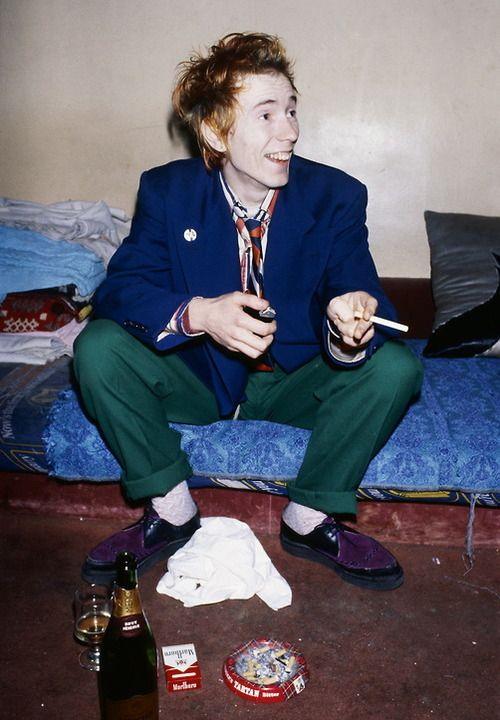 Johnny Rotten com creepers. Sapatos que tem estado muito 'trendy' nestes últimos anos e usados por pessoas que não sabem a sua origem nem a que década pertencem.