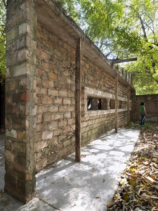 Muro descompuesto / Solano Benitez