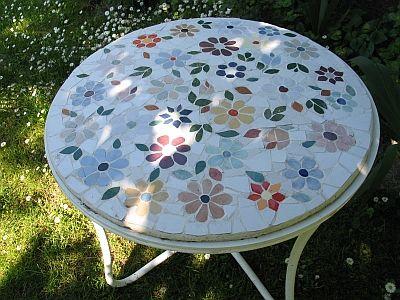 Meine liebe, alte Nachbarin hatte einen alten Gartentisch. Ich wollte ihr eine Freunde machen. Aus dem alten Tisch habe ich einen Blickfang in ihrem Garten gezaubert...