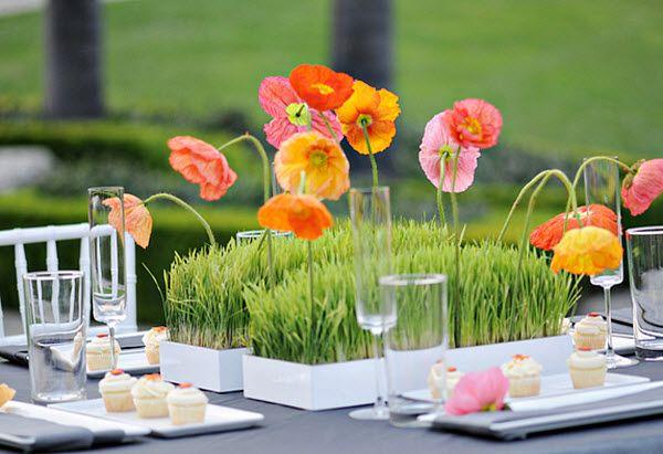 A centrepiece that is pure spring: Centerpiece, Table Decoration, Wedding Ideas, Poppies, Centerpieces, Poppy Centerpiece, Tablescape, Flower