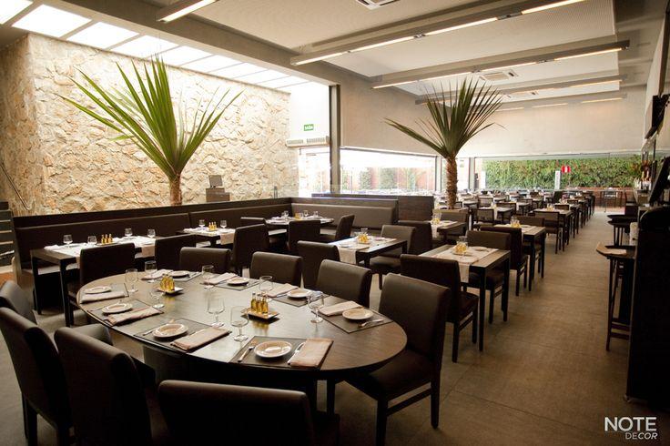 Restaurante Villa Roberti, Belvedere - BH. Mobiliário proporciona o máximo de conforto e se equilibra com a beleza arquitetônica da casa.