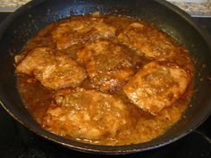 Bleskové pikantní kotlety po italsku   6 kotlet 2 lžíce dijonské hořčice, nebo podobné mouka 1 snítka dobromyslu, nebo trochu sušeného 1 stroužek česneku 3 lžíce másla 2 lžíce panenského olivového oleje 120ml bílého suchého vína 1/2 kostky kuřecího, nebo hovězího vývaru 4 lžíce balsamického octa čerstvá petrželka na ozdobu. Kotlety potřít hořčicí a obalit v mouce. Na pánvi 1min osmažit česnek a dobromysl, přidat kotlety a osmažit. Nalít víno, přidat vývarovou kostku, pomalu vařit, pokapat…