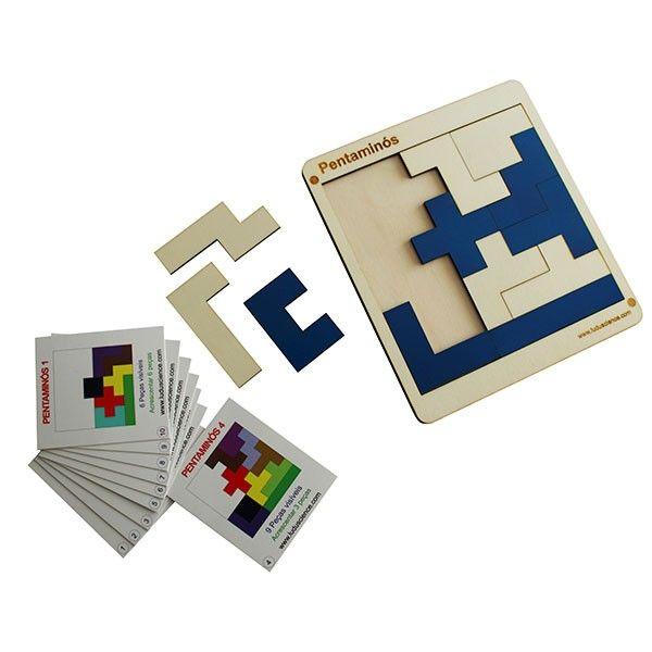 O jogo Pentaminós possibilita a exploração de conceitos de geometria, bem como desenvolver atividades que envolvem raciocínio lógico e aplicações de conceitos matemáticos. Cada peça do jogo Pentaminós é formada por cinco quadrados que, quando agrupados e sem contar com as rotações e as simetrias, dão origem a 12 diferentes formas.