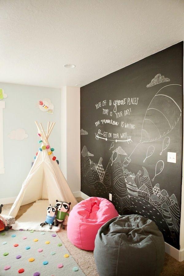 アメリカンインディアンの移動式住居を思わせる小さなテントがあるキッズルームは、大冒険の気分を味わえる空間。大きな黒板に描いた大自然のイラストで、さらにワクワク気分を盛り上げて。