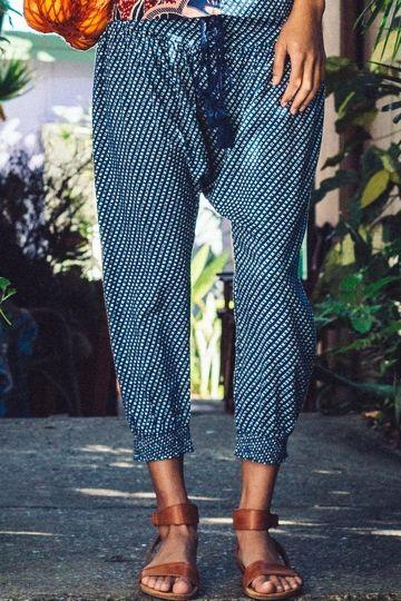 As calças com shape mais solto ajudam a a disfarçar quadris largos.Quando usadas com blusinhas mais larguinhas e salto alto ficam super estilosas.