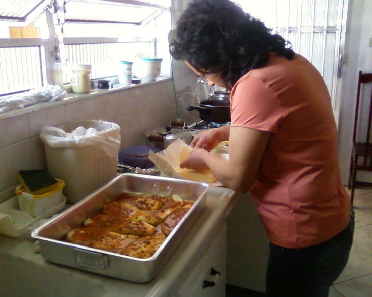 INGREDIENTES: 5 Beringelas grandes descascadas e cortadas no sentido do comprimento. 500 g de carne moida 600 g de mussarela fatiada molho de tomate MODO DE FAZER: Refogar a carne moida e fa…