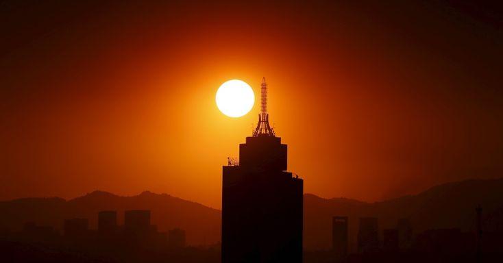 20160315 - Sol nasce atrás do World Trade Center na Cidade do México. O governo local ordenou restrições no tráfego e recomendou que a população evite sair de casa por causa dos altos níveis de poluição. Essa é a primeira vez que a cidade emite um alerta de poluição em 13 anos, devido aos elevados níveis de ozônio PICTURE: Edgard Garrido/Reuters