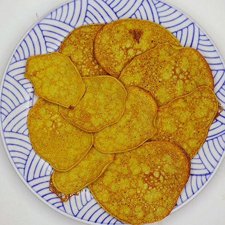 Bananenpannenkoeken - - rijpe bananen (gepeld en in stukken gesneden), eieren, Kokosolie, Doe de bananen en de eieren in de beker, mix 20 sec / snelheid 7; Neem een antikleefpan, doe er wat kokosolie (of bakboter) in en bak de pannenkoeken op een zacht vuurtje.; -