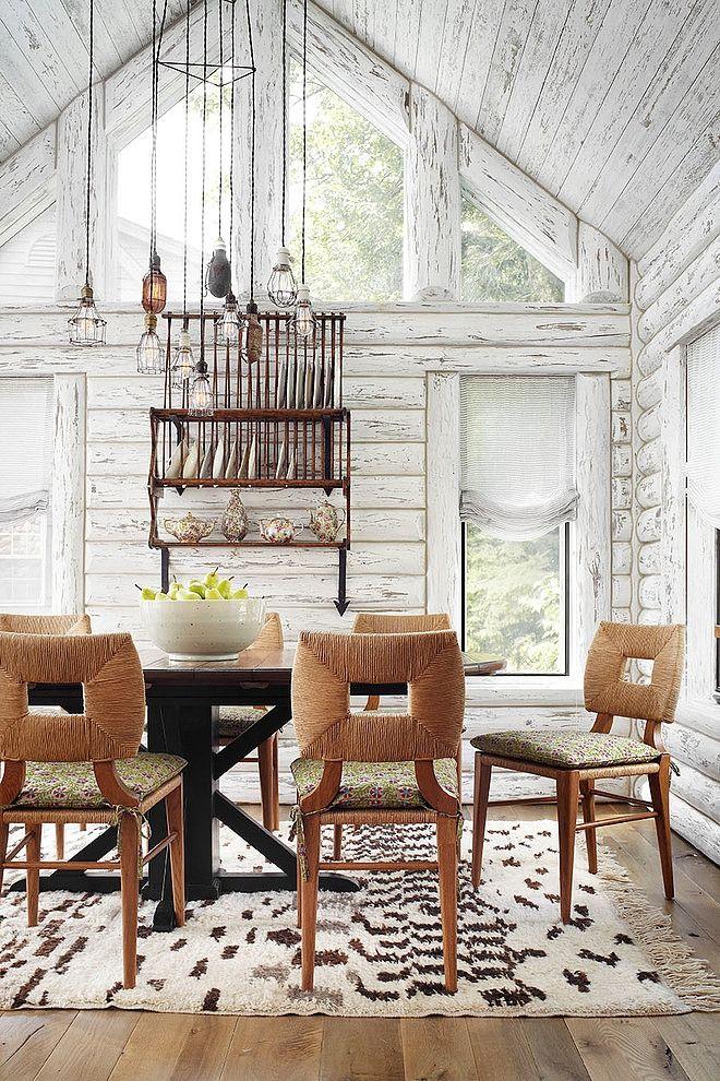 Joli constratste entre cette cabane de rodin repeinte en blanc et ce mobilier design  Whitewashed Lake Cabin