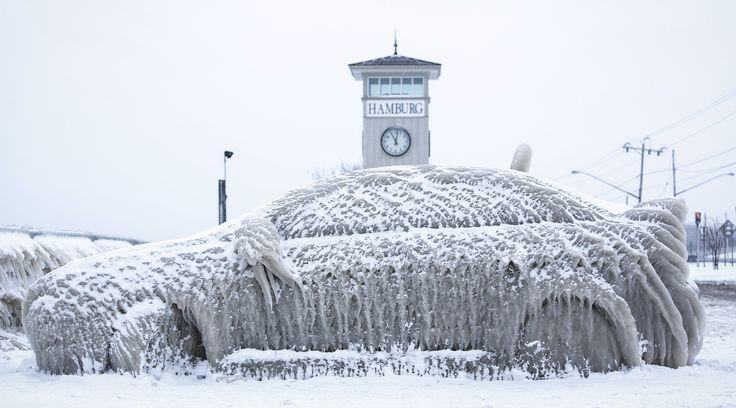 Noen som vil skrape? En bil står dekket av is i delstaten New York denne uken.