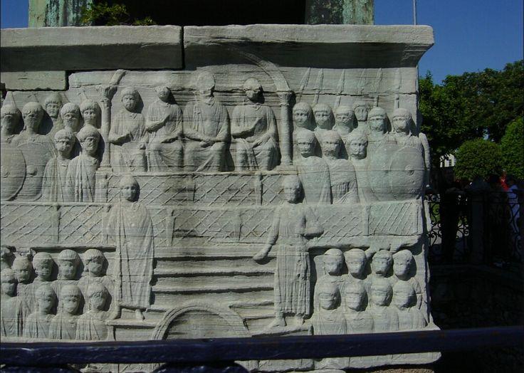 Il kathisma dell'ippidromo di Costantinopoli. L'ippodromo era un edificio molto popolare, le cui fazioni di tifosi erano anche importanti partiti politici. Da ricordare la rivolta di alcune fazioni sotto Giustiniano, che fece faticare non poco l'imperatore giá impegnato in Italia.