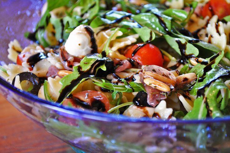 Küchenzaubereien: Italienischer Nudelsalat mit Prosciutto Crudo, Rucola, Tomaten & gerösteten Pinienkernen