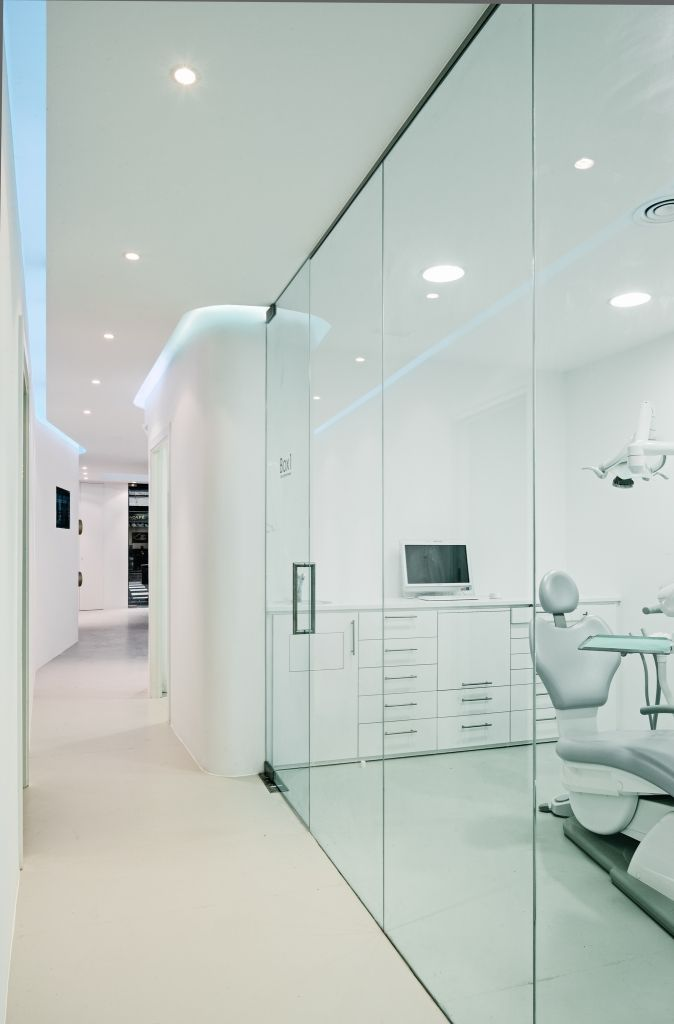 YLAB arquitectos: Interior Design Clinica Dental Barcelona