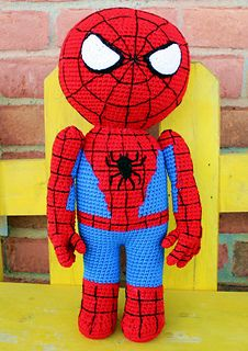 Patrón gratuito Spiderman de ganchillo: también tiene instrucciones de Ironman, Thor, Batman, Robin, Hulk, y la Mujer Maravilla en su tienda - Free Spiderman crochet pattern: she also has patterns for Ironman, Thor, Batman, Robin, Hulk, and Wonder Woman in her ravelry store
