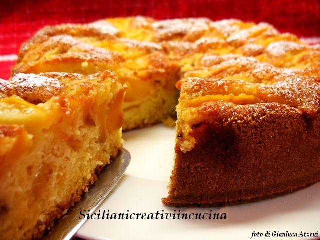 Una torta per gli amanti della prima colazione, alle mandorle e pesche, sofficissima. Si può fare con le ultime pesche fresche o con quelle sciroppate. La ricetta dettagliata sul blog www.sicilianicreativiincucina.it