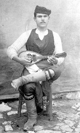 Μαντολινάρης στις Αρχάνες - αρχές 1900 (αρχείο Δήμου Ηρακλείου) Mandolin Arhanes - early 1900 ( file Heraklion Municipality )