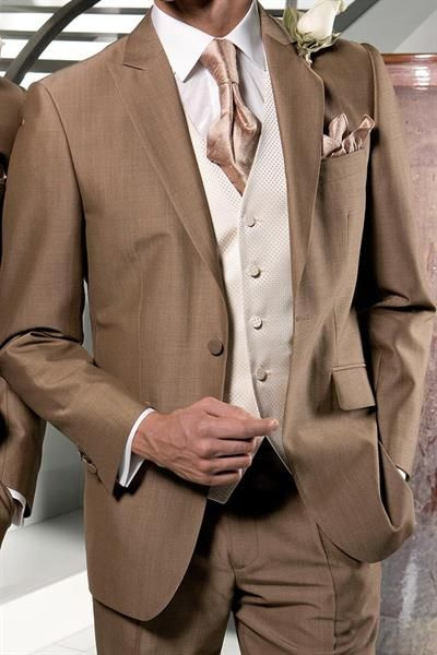 Свадебный наряд жениха коричневый костюм и бардовая бабочка