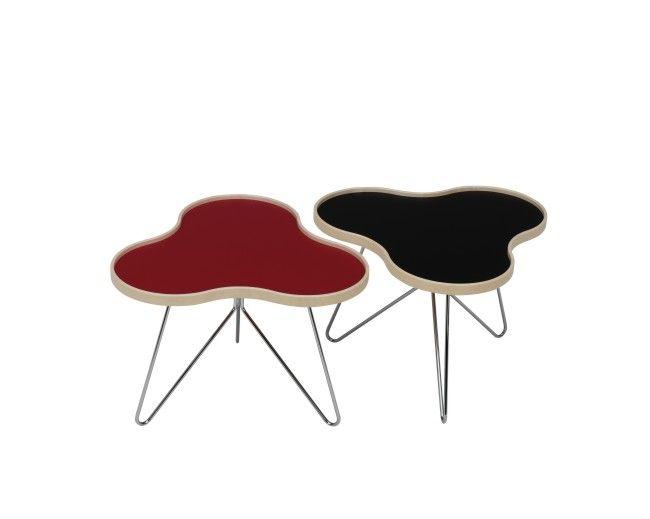 Flower, kampanjpris,  litet soffbord 66x62 cm från Swedese. Bordsskiva i vit, svart eller röd laminat med en sarg i formpressad naturlackad björk-, ek- eller valnötsfanér. Underrede i krom eller lackad aluminiumfärg. I tre olika höjder.