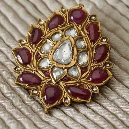 arjuna-vallabha: Lotus-shaped pendant made of gold, rubies and diamonds