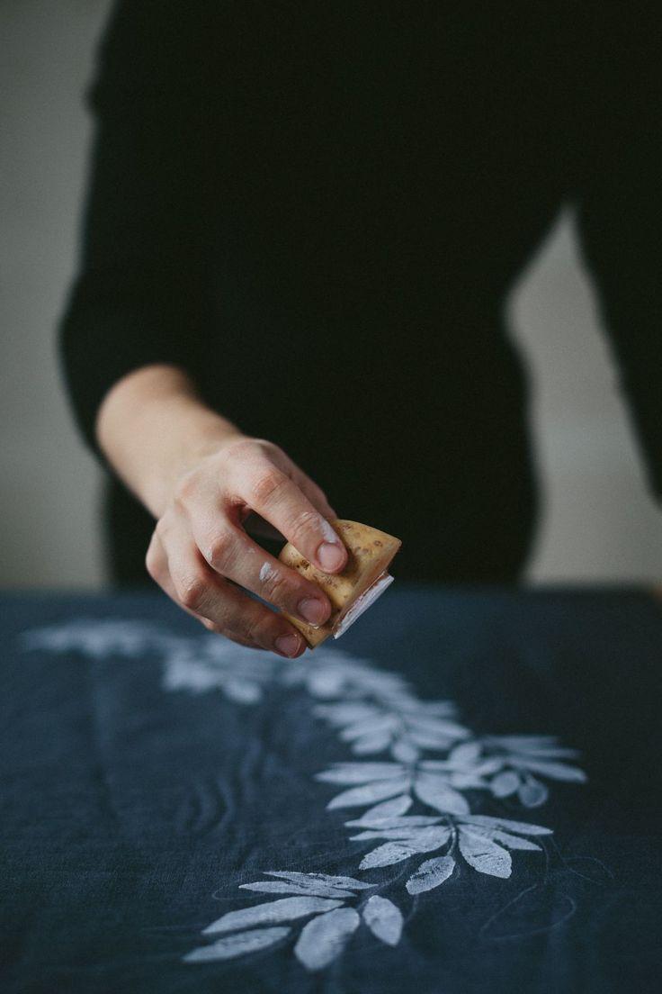 Material: Linnetyg Vit textilfärg (täckande som syns på mörka tycker om du har valt ett mörkt tyg) Penslar (en tunnare och en tjockare) Potatis En vass mindre kniv (att skära ut mönster med) Krita till griffeltavlor (att rita ut mönstret med) . Gör såhär: . Börja med att rita ut ett mönster på tyget med …