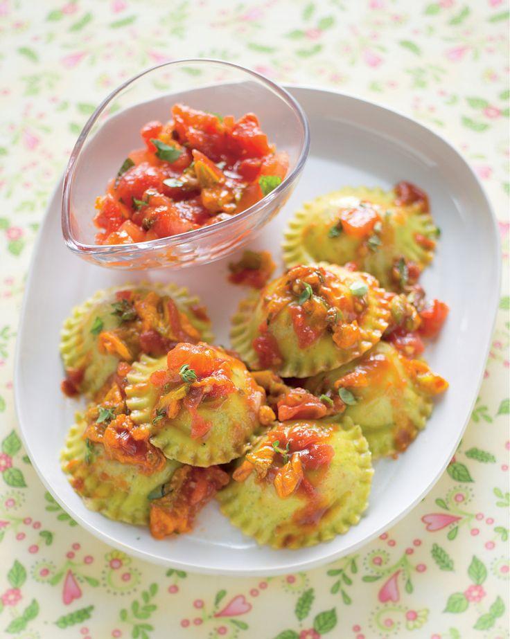 Salsa di pomodori alle erbe con fiori di zucca su ravioli di magro. Ricetta di Giuseppe Capano Foto di Luca Colombo Tratta dalla rivista Cucina Naturale