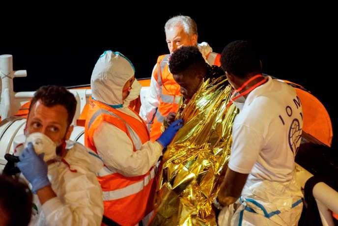 Migrants en Méditerranée : le « Sea-Watch 3 » accoste à Lampedusa malgré le refus du gouvernement, sa capitaine arrêtée