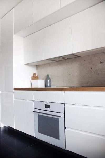 Wiszące szafki kuchenne mają dwie głębokości; proj. FU Architekci - zdjęcie