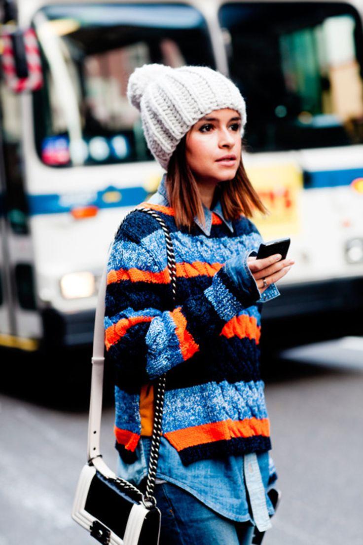 Esta chica rusa no le tiene miedo a usar las texturas y alturas en su look, me gusta la combinación de colores y el contraste con el blanco