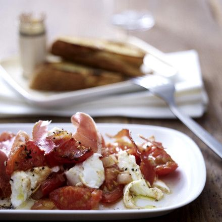 Büffelmozzarella mit Tomatenragout, Serrano Schinken und Röstbrot Rezept | LECKER