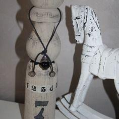 Ancienne quille en bois patinée et décorée
