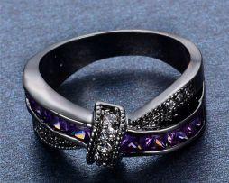 Luxusný dámsky prsteň zo zliatiny tmavého zlata s fialovým kameňmi