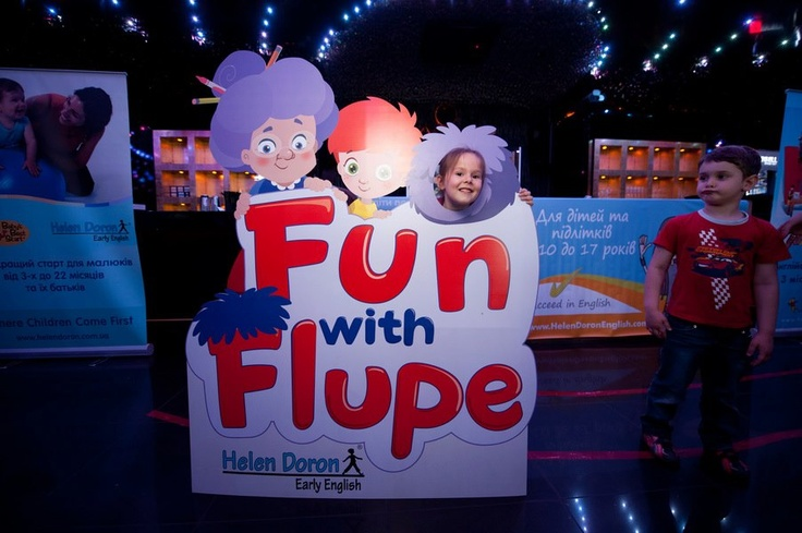 Élménydús fotózás Flupe-al Ukrajnában.  From Helen Doron English in Ukraine: Having Fun with Flupe!  Fun With Flupe is a new course for 2 to 5 year olds, appropriate for beginner students or as a follow up to Baby's Best Start.  Fun With Flupe follows the adventures of a young Paul Ward as he jumps into his book of nursery stories to help Granny Fix and Flupe repair things that have gone wrong in the rhymes. Find out more! http://www.helendoron.com/fwf.php