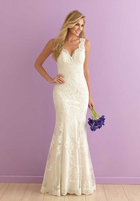 This sheath is perfection from the scalloped neckline down to the lacy hem | Allure Romance | 2901 | http://knot.ly/64958GXSR