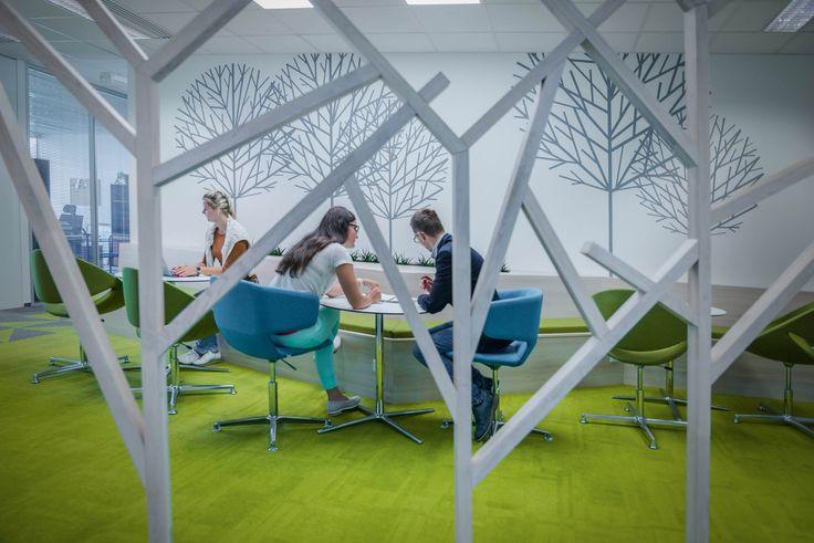 Na začátku klient o architektuře neuvažoval, teď si nemůže reprezentativní vstupní prostor a zasedačky vynachválit. Podívejte se, jak vypadá nové zázemí PGRLF, pro které jsme se inspirovali 🌲🌱🌿 přírodou.