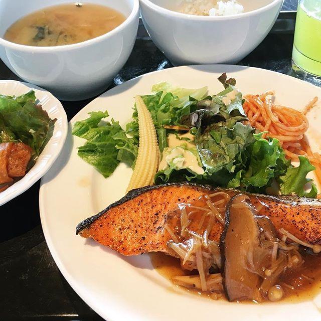 🌼 ●銀鮭のグリル きのこバター醤油 定食500円● 小鉢はミニ春巻♪♪ #東京#社食#定食#昼#昼ご飯#ランチ#肉#魚 #おいしい#早い#安い#ワンコイン#500円#満足  #鮭#グリル#バター醤油#きのこ#春巻#焼き魚 #ごちそうさまでした