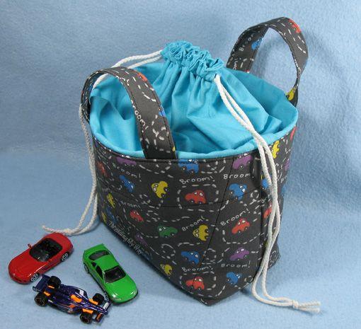Cesta de tela con un lazo de Top TUTORIAL ... hacer una cesta de tela que está encerrado con una tapa de cordón.  Instrucciones paso a paso que muestra cómo.  ~ Rosca My Way
