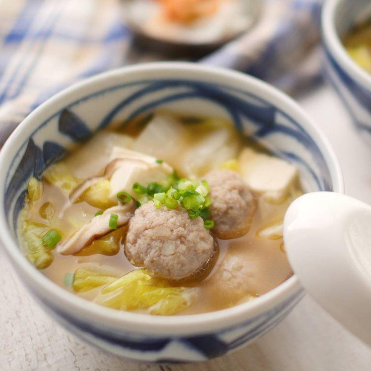 「鶏団子と白菜の中華スープ」のレシピと作り方を動画でご紹介します。シャキシャキ食感のれんこん鶏団子をたっぷり白菜といっしょに柔らかくなるまで煮込みました。具材たっぷりでボリューム満点!これ一杯で満腹になりますよ♪