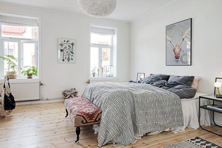 Nylagt plankgolv i stora sovrummet