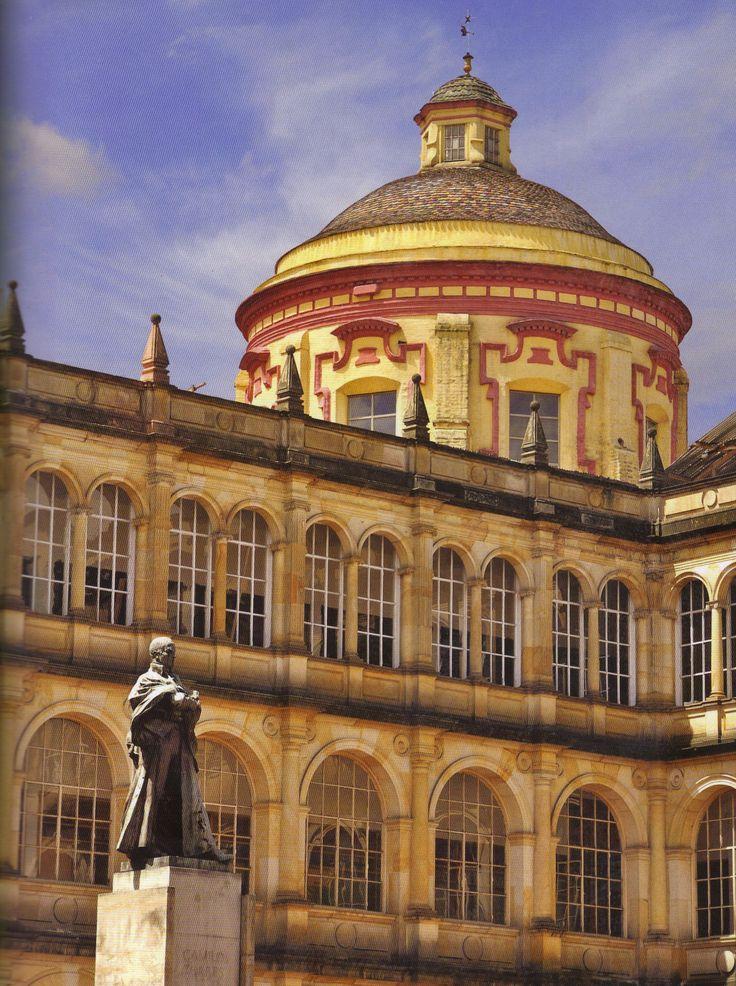 Colegio Mayor de San Bartolomé, Bogotá D.C., Colombia. Al fondo la cúpula de la iglesia de San Ignacio.