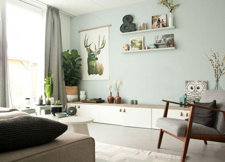 woonkamer - Plantenzak van Serax, tv-meubel zelfgemaakt met Besta van Ikea, doek met hert zelf gemaakt, wandplankjes vtwonen, letter & van Karwei, vinylhoes van Bon Iver, stoel Ekenäset van Ikea, vloerkleed van vtwonen, gordijnen van vtwonen